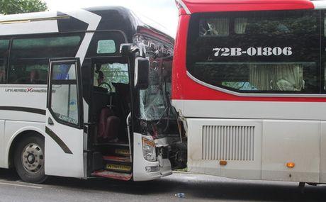 Clip: Loi ke tai xe xe giuong nam diu xe khach mat phanh tren deo - Anh 1