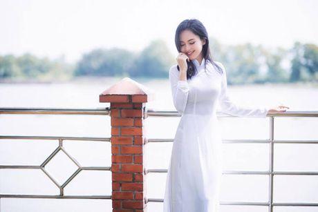 'Hot girl tho dan' khien may rau ban than khi dien ao dai trang - Anh 2