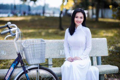 'Hot girl tho dan' khien may rau ban than khi dien ao dai trang - Anh 5