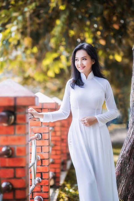 'Hot girl tho dan' khien may rau ban than khi dien ao dai trang - Anh 6