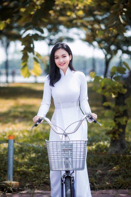 'Hot girl tho dan' khien may rau ban than khi dien ao dai trang - Anh 7