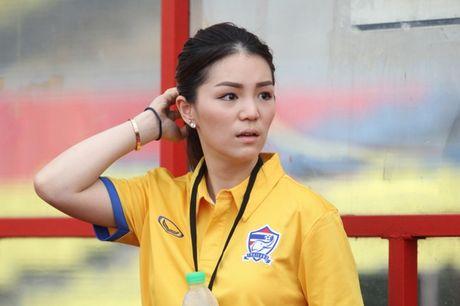Hop HLV bong da SEA Games 29, truong doan Thai Lan gay sot vi nhan sac qua xinh dep - Anh 8