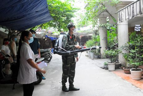 Quan Dong Da phun thuoc phong, chong sot xuat huyet tren dien rong - Anh 1