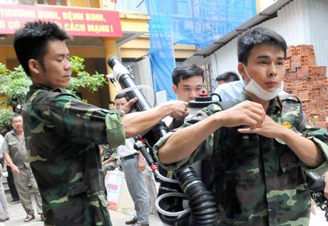 Quan Dong Da phun thuoc phong, chong sot xuat huyet tren dien rong - Anh 3