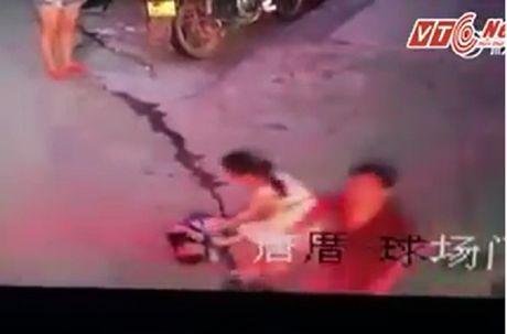 Clip: Phan no canh nguoi phu nu bong con dung dung nhin be trai bi oto can - Anh 1