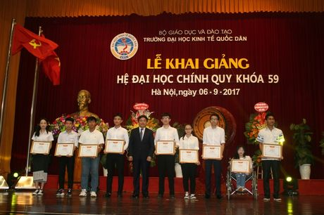 Hon 5.000 tan sinh vien Truong Dai hoc Kinh te Quoc dan buoc vao nam hoc moi - Anh 1