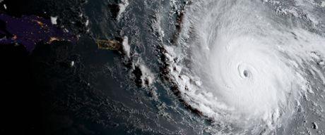 Hai quan My di tan may bay va tau ngam khoi Florida de tranh bao Irma - Anh 1