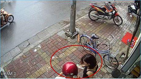 'Hot girl' gia lam nhan vien ban quan ao, lua shipper ung truoc ca trieu dong cho don hang ao - Anh 2