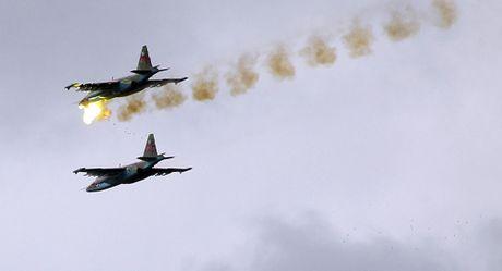 Quan doi Syria tien vao Deir Ezzor duoi su yem tro cua khong quan Nga - Anh 1