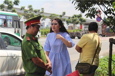 Thuc hu chuyen dien vien Ngoc Lan tuc gian to tieng voi canh sat giao thong - Anh 1
