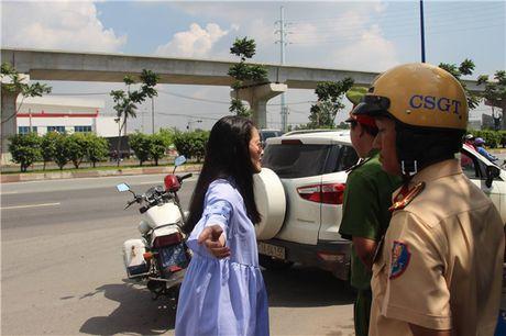Thuc hu chuyen dien vien Ngoc Lan tuc gian to tieng voi canh sat giao thong - Anh 2