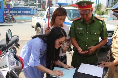 Thuc hu chuyen dien vien Ngoc Lan tuc gian to tieng voi canh sat giao thong - Anh 4