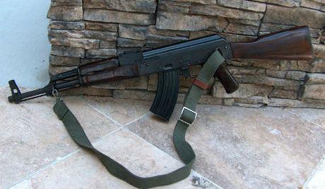 Chien si nghia vu trai giam dung sung AK tu sat - Anh 1
