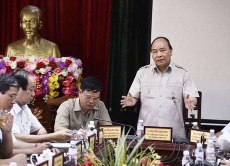 Thu tuong Nguyen Xuan Phuc thi sat khu vuc bi bao so 10 tan pha - Anh 1