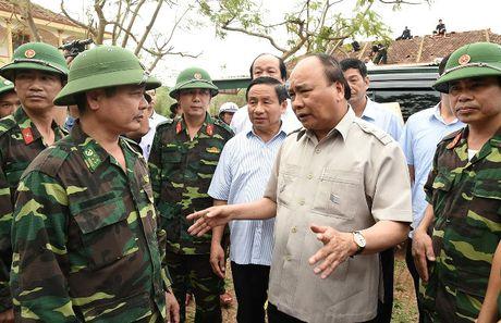Thu tuong Nguyen Xuan Phuc thi sat khu vuc bi bao so 10 tan pha - Anh 3