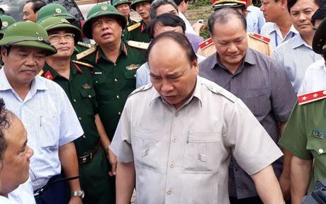 Thu tuong Nguyen Xuan Phuc thi sat khu vuc bi bao so 10 tan pha - Anh 5