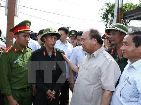 Thu tuong Nguyen Xuan Phuc thi sat khu vuc bi bao so 10 tan pha - Anh 6