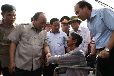 Thu tuong Nguyen Xuan Phuc thi sat khu vuc bi bao so 10 tan pha - Anh 7