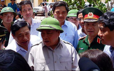Thu tuong Nguyen Xuan Phuc thi sat khu vuc bi bao so 10 tan pha - Anh 8