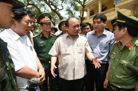 Thu tuong Nguyen Xuan Phuc thi sat khu vuc bi bao so 10 tan pha - Anh 9