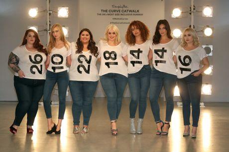 Lan dau tien tai London Fashion Week, nguoi mau 'co lon' danh bat moi dinh kien ve ngoai hinh - Anh 1
