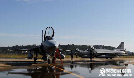 Tien kich JF-17: Chuan NATO nhung gia hang 'cho' cua Trung Quoc - Anh 3