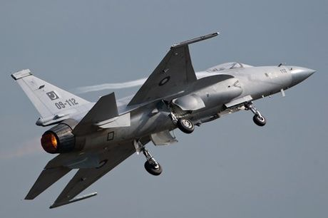 Tien kich JF-17: Chuan NATO nhung gia hang 'cho' cua Trung Quoc - Anh 5