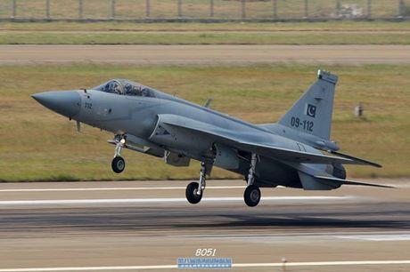 Tien kich JF-17: Chuan NATO nhung gia hang 'cho' cua Trung Quoc - Anh 7