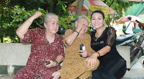 Vua ve nuoc, Ngoc Huyen lien di tham nghe si gia neo don - Anh 1