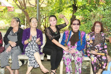 Vua ve nuoc, Ngoc Huyen lien di tham nghe si gia neo don - Anh 2