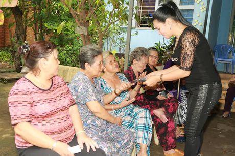 Vua ve nuoc, Ngoc Huyen lien di tham nghe si gia neo don - Anh 4