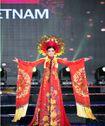 Huyền My cùng các thí sinh HH Hòa bình Thế giới rực rỡ ở phần thi trang phục dân tộc