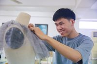 Gp nam sinh thit k trang phc cho Hoa hu Hoàn v Vit Nam