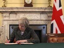 Thủ tướng Anh ký bức thư lịch sử chính thức khởi động Brexit