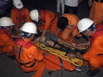 Cứu sống thuyền viên bị tai nạn trên biển