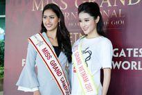 Á hậu Huyền My rạng rỡ bên thí sinh Hoa hậu Hòa bình Thế giới