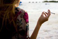 Phạt nặng người không chấp hành lệnh cấm hút thuốc tại bãi biển