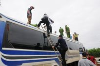 Ninh Bình: Phát hiện hàng quốc cấm trên nóc xe khách biển Lào