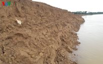 Dân bất lực nhìn sông Lam 'nuốt chửng' đất nông nghiệp
