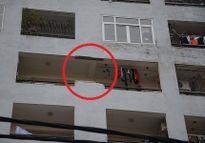 Hà Nội: Tường nhà chung cư 18 tầng bất ngờ rơi xuống sân vào giữa trưa