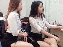 Hai cô gái váy ngắn, lộ hình xăm nơi làm việc gây tranh cãi tuần qua