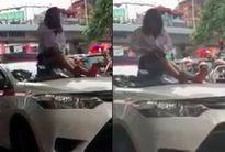 Bị CSGT dừng xe, nữ tài xế taxi vượt đèn đỏ trèo lên nóc xe ăn vạ