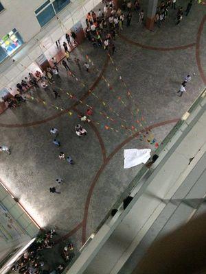 Bê tông rơi trúng người, nam sinh đại học Hutech chết thương tâm khi xếp hàng chờ thang máy