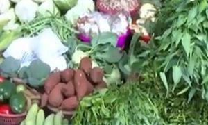 'Ăn hôi' mưa lớn, giá rau tăng mạnh tại Hà Nội