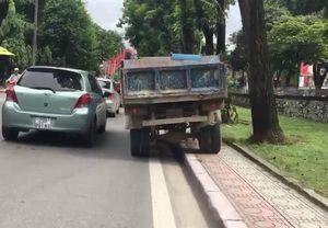 Clip: Bức xúc cảnh xe tải hồn nhiên làm 'xiếc' trên vỉa hè Hà Nội