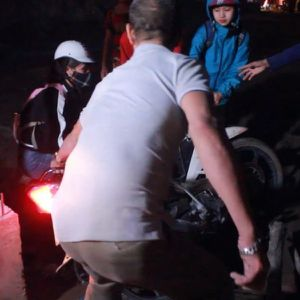 Clip: Ồ ạt làm xiếc, vượt 'chướng ngại vật' tránh ùn tắc ở Hà Nội