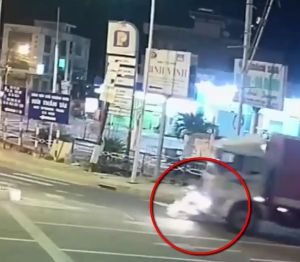 Clip: Va chạm với xe tải, nữ sinh bị cán tử vong ở 'ngã ba tử thần'