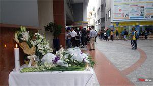 Sinh viên trường Hutech đặt hoa trắng tưởng niệm nạn nhân tử vong do mảng vữa rơi trúng đầu
