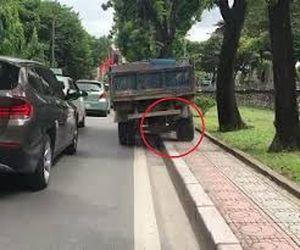 Xe tải đi nửa trên vỉa hè nửa dưới đường khiến người đi đường thất kinh