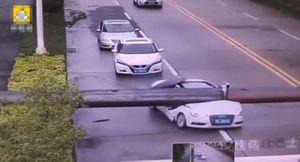 Cần cẩu sập bổ đôi ô tô, người bên trong không hề hấn gì